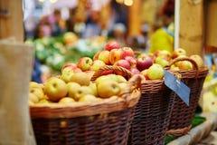 Äpplen på London bondejordbruksmarknad royaltyfria bilder