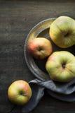 Äpplen på mörkret skrapade bästa sikt för tabell Arkivfoton