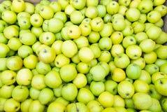 Äpplen på marknad Arkivbilder