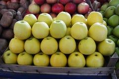 Äpplen på marknaden Royaltyfria Bilder