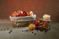 Äpplen på sackcloth arkivfoton