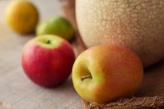 Äpplen på sackcloth Royaltyfri Bild