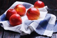 Äpplen på tabellen Arkivfoto