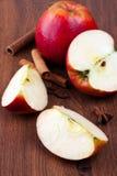 Äpplen på träbakgrund Arkivfoto