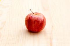 Äpplen på träbakgrund Royaltyfri Bild