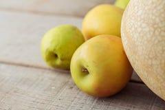 Äpplen på trägolv Arkivbilder