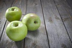 Äpplen på Wood bakgrund Royaltyfri Fotografi
