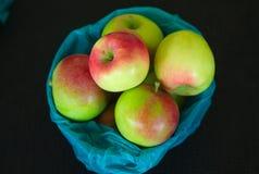 Äpplen som är till salu i en korg på marknaden Royaltyfri Foto