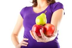 äpplen som äter den sunda pearkvinnan arkivfoton