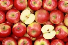 Äpplen som bildar en bakgrund Arkivbild