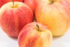 Äpplen som isoleras på vit bakgrund, nära övre för äpple, Ubonratchath Royaltyfri Fotografi