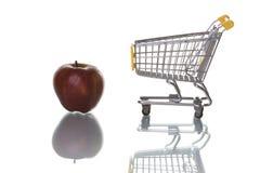 äpplen som köper supermarketen royaltyfri fotografi
