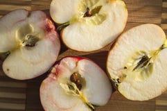 Äpplen som klipps i halva Royaltyfria Bilder