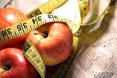 äpplen som mäter den röda kopplingen Fotografering för Bildbyråer
