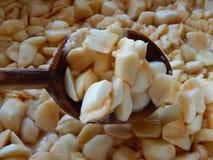 Äpplen som skivas i skivor med fyrkanter i en träsked, äppledriftstopp, bryggas fotografering för bildbyråer