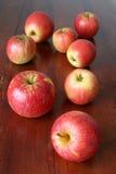 äpplen table trä Royaltyfri Bild