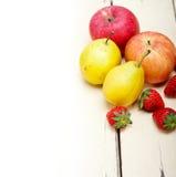 Äpplepäron och strawberrys för nya frukter Fotografering för Bildbyråer