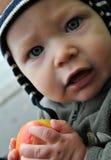 äpplet behandla som ett barn pojken Fotografering för Bildbyråer
