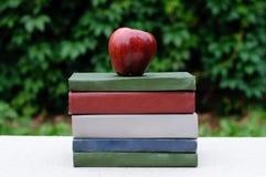 äpplet books stapelred Arkivfoton