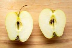 äpplet halves två Fotografering för Bildbyråer