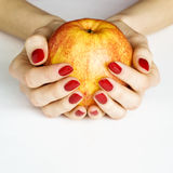 äpplet hands holdingyellow arkivbild