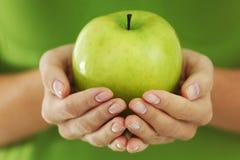 äpplet hands kvinnan royaltyfri foto