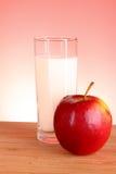 äpplet mjölkar Arkivfoto