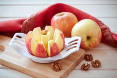 äpplet skivas in i kilar arkivbild