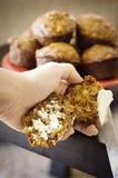 äpplet som det är kli, bredde smör på muffiner Arkivbild