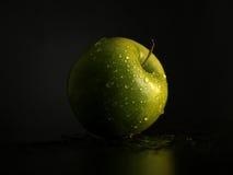 äpplet tappar grönt vatten Royaltyfri Bild