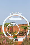 Äquatorüberfahrt-Zeichenmonument in Uganda Stockfotografie