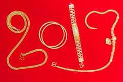 Är åtföljande asiatisk stil för den lyxiga härliga guldhängeprydnaden Arkivfoto