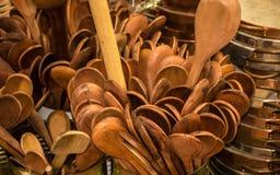 Är acessory traditionella för kock i Brasilien och Afrika, den wood skeden utsatta till försäljningen i populär marknad fotografering för bildbyråer