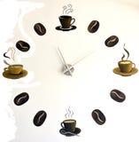Är alltid tid för kaffe målad väggklocka med kaffebönor och koppar Royaltyfria Bilder