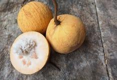 Är den övre bilden för slutet av frukter pålagd den gamla trätabellen Arkivbild