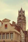 Är den arkitektoniska fasaden för tappning på en gammal byggnad från Bruges, Fotografering för Bildbyråer