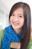 Är den asiatiska flickan för deltagaren leendet och uppvisningständer Arkivfoto