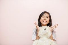 Är den asiatiska thai nationaliteten för barnlilla flickan med den vita leksaknallen Royaltyfri Foto