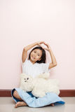Är den asiatiska thai nationaliteten för barnlilla flickan med den vita leksaknallen Arkivfoto