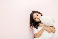 Är den asiatiska thai nationaliteten för barnlilla flickan med den vita leksaknallen Arkivfoton