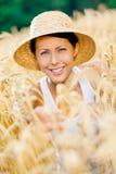 Är den bärande sugrörhatten för flickan i rågfält arkivbild