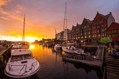 Är den berömda Bryggen för den sceniska sikten för den vita natten gatan en serie av Hanseatic kommersiella byggnader som fodrar  Arkivbilder