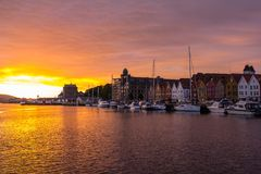 Är den berömda Bryggen för den sceniska sikten för den vita natten gatan en serie av Hanseatic kommersiella byggnader som fodrar  Royaltyfria Bilder