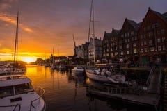 Är den berömda Bryggen för den sceniska sikten för den vita natten gatan en serie av Hanseatic kommersiella byggnader som fodrar  Arkivbild