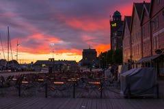 Är den berömda Bryggen för den sceniska sikten för den vita natten gatan en serie av Hanseatic kommersiella byggnader som fodrar  Royaltyfri Bild