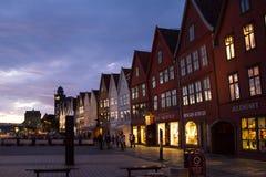 Är den berömda Bryggen för den sceniska sikten för den vita natten gatan en serie av Hanseatic kommersiella byggnader som fodrar  Fotografering för Bildbyråer