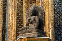 Är den forntida Buddha för sten i Wat Prakrew den viktiga templet. Arkivfoto