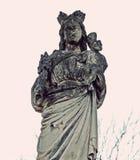 Är den gamla stenstatyn för mystiker av den välsignade modern och Jesus partl Royaltyfria Foton