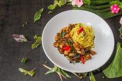 Är den gula nudeln stekte grisköttskalet, chilidisk läckert thai matstil Royaltyfri Bild
