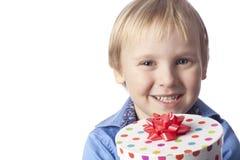 Le pojke med gåva Fotografering för Bildbyråer
